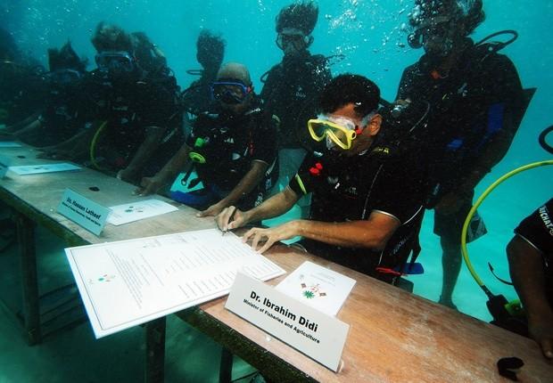 Подводное заседание мальдивского правительства